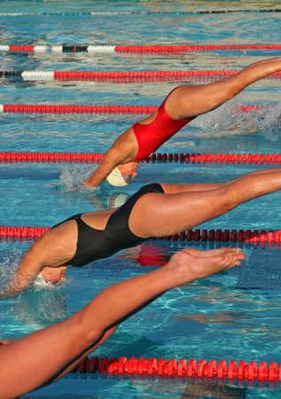 piscina olimpica: Una escuela secundaria de nataci�n y cumplir los atletas que compiten por su escuela