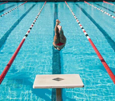 concurrencer: Les nageurs de comp�tition difficile � l'�cole secondaire des championnats de ligue Banque d'images