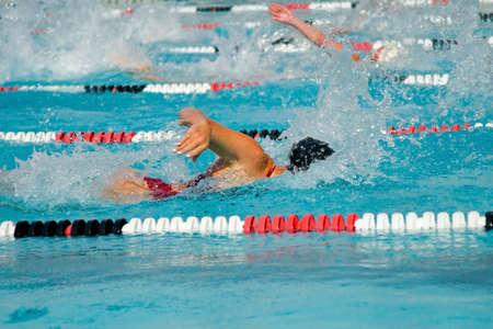 De zwemmers concurreren hard in de competitie toernooien high school