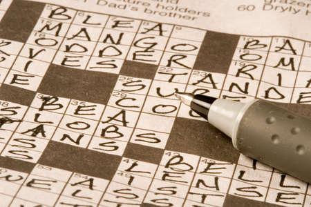 Krant kruiswoordpuzzel worden opgelost door de uitoefening van de hersenen
