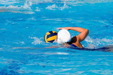 waterpolo: Waterpolo actie en apparatuur in een zwembad Stockfoto