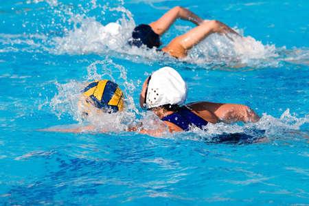 waterpolo: Waterpolo acci�n y el equipo en una piscina  Foto de archivo