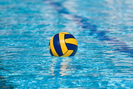 水球アクションとスイミング プールの設備 写真素材