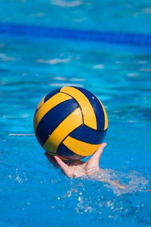 waterpolo: Polo acu�tico y el equipo de acci�n en una piscina