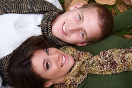 Junges Paar im Herbst Wald Picknickplatz Standard-Bild - 5442206