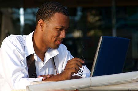 젊은 사업가 컴퓨터 야외에서 작동합니다.