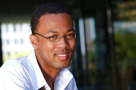 力のスーツで自信を持って、成功したのアフリカ系アメリカ人の実業家