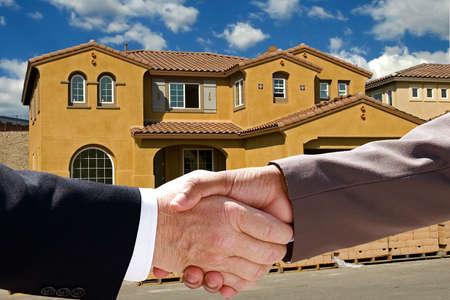새로운 가정의 건설에 대한 사업가 핸드 셰이크