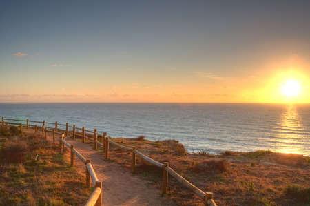 頑丈なカリフォルニアの海岸線と海のビーチを一望