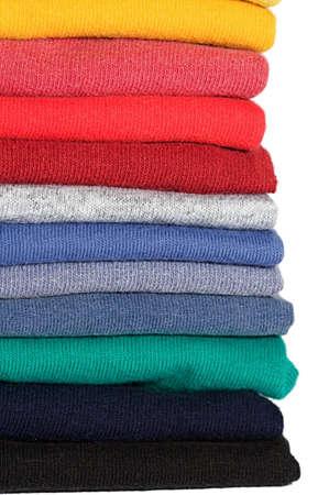 playeras: Pila de camisas de tee colores en un estante Foto de archivo