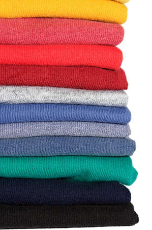 katlanmış: Stack of colored tee shirts on a shelf