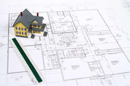 Residentiële huis blauwdrukken met een handgemaakte huis model.