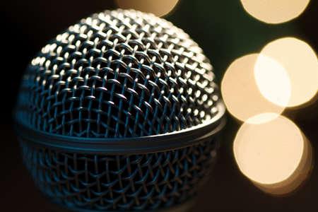 Op podium microfoon van een populaire artiest met spot lights