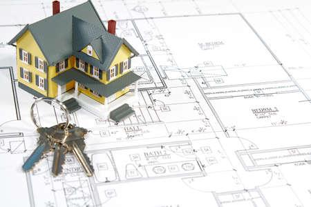 Residentiële home blauwdrukken met een handgemaakte huis model. Stockfoto