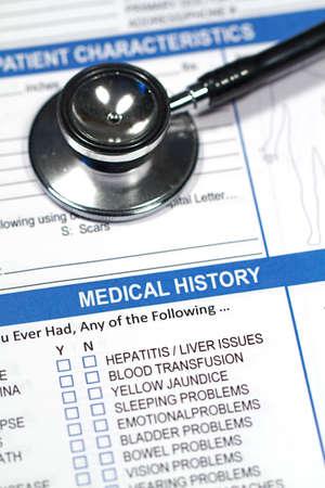 医者の聴診器と病歴のフォームのクローズ アップ