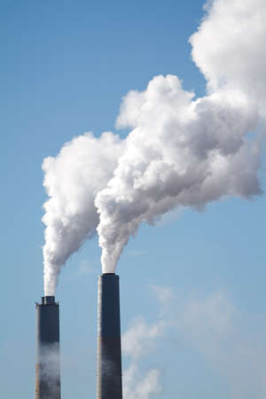 A tall smokestack spewing out dirty polluted smoke Reklamní fotografie