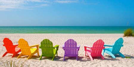 Captiva Sanibel Island Florida의 모래 해변에서 여름 휴가를위한 Adirondack Beach Chairs