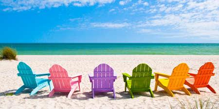 vacanza al mare: Adirondack Beach Chairs su una spiaggia Sole di fronte a una Casa Vacanza Casa viaggio