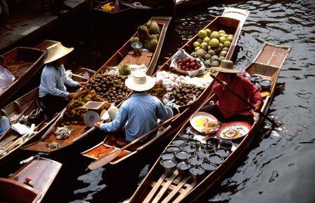 floating market: The floating markets of Damnoen Saduak, Thailand