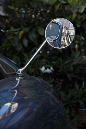 rear view mirror: Del coche en el espejo retrovisor del coche viejo en Idstein en Hesse, Alemania