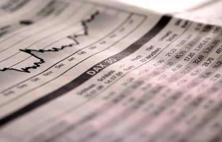 umschwung: Sinkende Aktienindex DAX in Tageszeitung  Lizenzfreie Bilder
