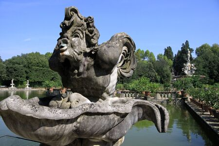 giardino: Marble statues in the Boboli Gardens in Florence, Italy