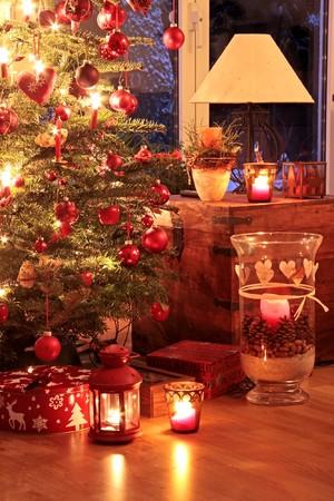 atmosfere: Illuminato albero di Natale in tedesco casa con �  Archivio Fotografico