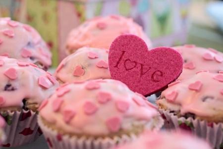 gateau anniversaire: Muffins avec givrage Rose et un coeur fa�onnent Love Banque d'images