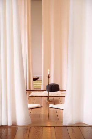 cortinas blancas: Sala de meditaci�n con cortinas blancas en un estudio de yoga
