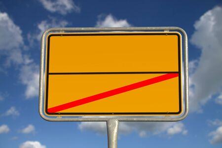 ortseingangsschild: Deutscher Straßenschild mit blauem Himmel und weißen Wolken Lizenzfreie Bilder