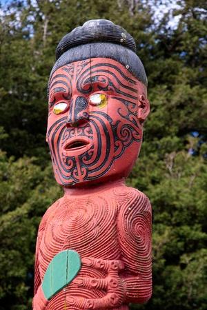 maories: Color estatua maor� en Rotorua, Nueva Zelanda
