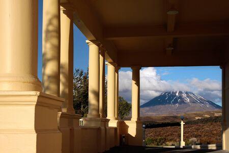 tongariro: Vista desde el Chateau Tongariro al monte Ngauruhoe, Parque Nacional de Tongariro, Manawatu-Wanganui, Nueva Zelanda Foto de archivo