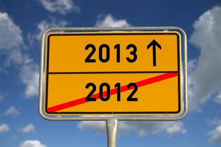 De carreteras alemana de señales de tráfico 2012 y 2013 con el cielo azul y nubes blancas