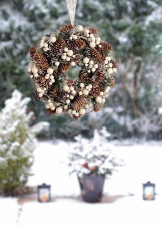 Advent krans in de voorkant van met sneeuw bedekte terras