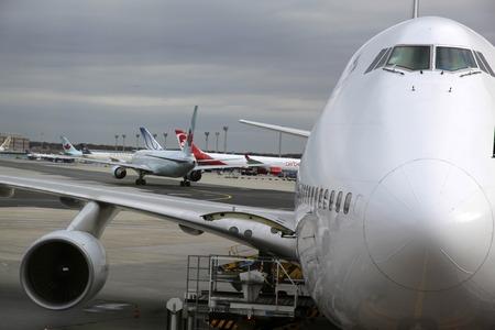 boeing 747: Cabina di pilotaggio di un Boeing 747 all'aeroporto di Francoforte durante il carico