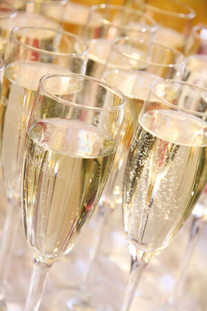 prickling: Many glasses of sparkling champagne at a wedding