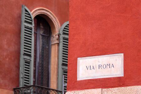 ヴェローナ旧市街のローマ通りの標識を介して