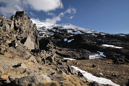 mountain hut: Mountains and mountain hut in the Tongariro National Park, New Zealand