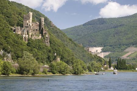 Kasteel Reichenstein dichtbij Trechtingshausen in de Vallei van de Middenrijn, Rijnland-Palatinaat, Duitsland Stockfoto