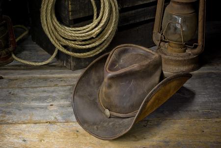 kapelusze: kowbojski kapelusz na podłodze stodoły