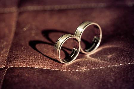 pietre preziose: anelli di nozze d'oro con pietre preziose