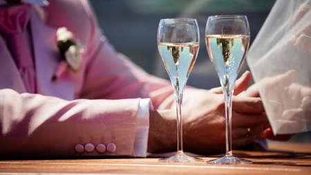 glas sekt: Paar, Mann und Frau, die Champagner trinken in einem Restaurant der gehobenen Klasse, die jeweils mit einem Glas Sekt