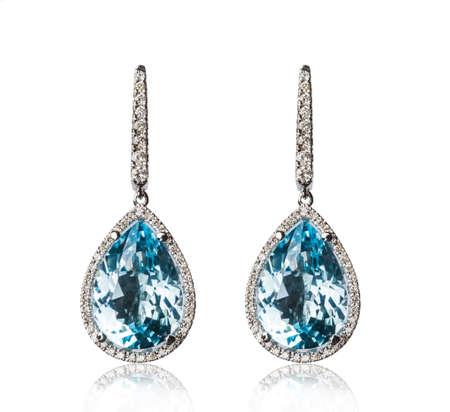 aretes: Un par de pendientes de diamantes, aislado en blanco
