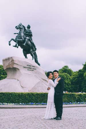 uomo a cavallo: Bride and groom on the background of the Bronze Horseman Archivio Fotografico