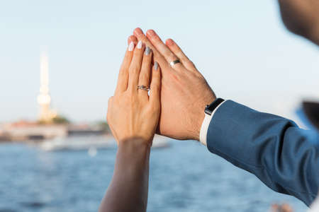 Hands of the bride and groom with wedding rings in the sun Stockfoto