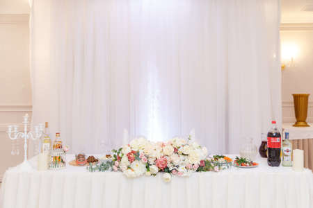 wedding table setting and decorated with flowers Stockfoto