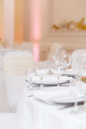 wedding table setting and decorated with flowers Banque d'images