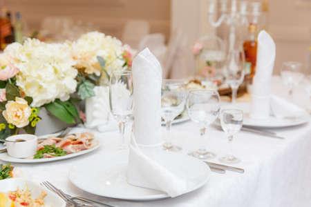 Hochzeitstafel gedeckt und mit Blumen geschmückt