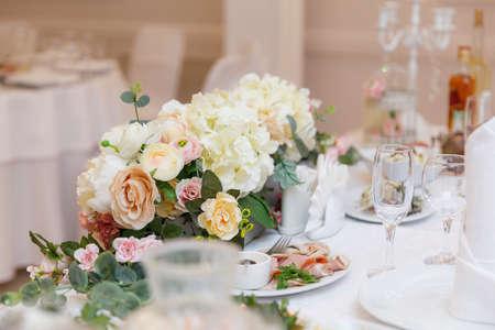 décor de table de mariage et décoré de fleurs