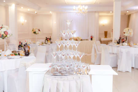 pyramid from glasses of champagne on wedding party Stockfoto